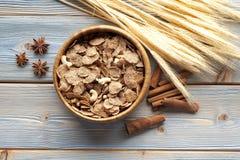 Cereali destinati all'alimentazione sani con i frutti ed i dadi Fotografia Stock