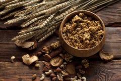 Cereali destinati all'alimentazione sani con i frutti ed i dadi Fotografie Stock Libere da Diritti