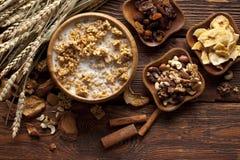 Cereali destinati all'alimentazione sani con i frutti ed i dadi Immagini Stock Libere da Diritti