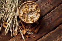 Cereali destinati all'alimentazione sani con i frutti ed i dadi Immagini Stock