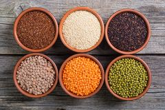 Cereali e fagioli in ciotola Fotografia Stock Libera da Diritti