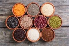 Cereali e fagioli in ciotola Fotografie Stock Libere da Diritti