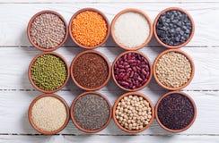 Cereali e fagioli in ciotola Immagine Stock