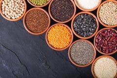 Cereali e fagioli in ciotola Immagini Stock