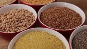 Cereali liberi e del vario glutine in ciotole - vicino su, scorrevole della macchina fotografica qui sopra video d archivio