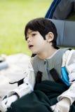 cerebral inaktiverad palsyrullstol för pojke Royaltyfri Foto