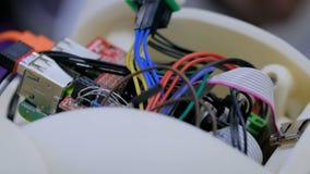 Cerebro del robot con los alambres y el microprocesador metrajes