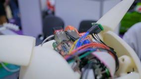 Cerebro del robot con los alambres y el microprocesador almacen de video