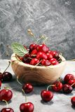 Cereja Cerejas frescas vermelhas na bacia e um grupo das cerejas no th fotos de stock royalty free