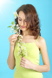 Cereja da flor da terra arrendada da menina imagem de stock