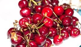 Cereja doce vermelha em uma placa branca Foto de Stock