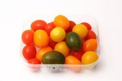 Cereja dos tomates em uma caixa do plástico Fotos de Stock Royalty Free