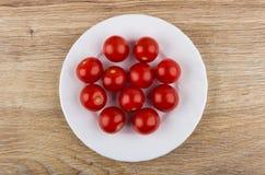Cereja dos tomates na placa branca na tabela Fotos de Stock