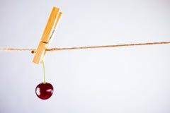 Cereja e corda no branco com braçadeira Fotografia de Stock Royalty Free