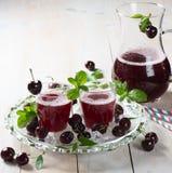Cereja e suco maduros da cereja Foto de Stock Royalty Free