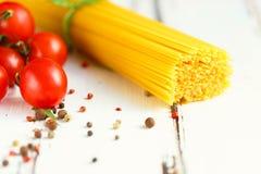 A cereja, espaguete, tempera ingredientes para cozinhar a massa Fundo do alimento em uma tabela branca imagem de stock