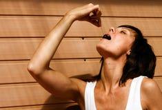 Cereja fêmea comer Foto de Stock