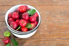 Cereja pequena do fruto brasileiro orgânico do Acerola imagens de stock