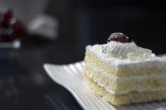 Cereja sobre o bolo Fotografia de Stock