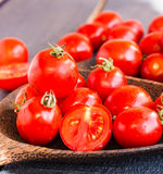Cereja suculenta vermelha dos tomates na placa de madeira marrom Fotografia de Stock Royalty Free