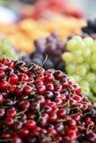 Cereja vermelha no mercado Fotos de Stock