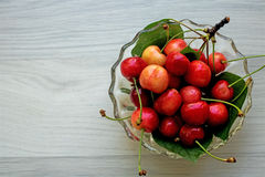 Cerejas - bacia completa de cerejas, espaço da cópia, fundo Foto de Stock