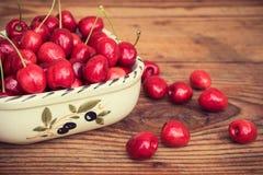 Cerejas caseiros orgânicas maduras no fundo de madeira Imagens de Stock Royalty Free