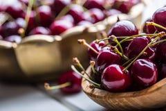 Cerejas Cerejas doces Cerejas frescas Cerejas maduras na tabela concreta de madeira - placa Fotos de Stock