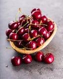 Cerejas Cerejas doces Cerejas frescas Cerejas maduras na tabela concreta de madeira - placa Foto de Stock