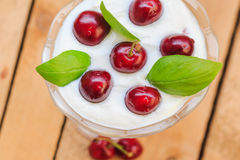 Cerejas do fruto de sobremesa da vista superior Fotos de Stock Royalty Free