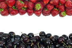Cerejas doces e morango isoladas no fundo branco Fotos de Stock Royalty Free