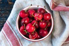 Cerejas doces em uma bacia foto de stock