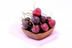 Cerejas doces na bacia de madeira isolada no fundo branco Fotos de Stock Royalty Free
