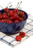 Cerejas doces no copo azul Fotos de Stock