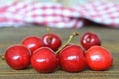 Cerejas doces no fundo de madeira Foto de Stock