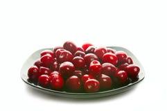 Cerejas doces no prato preto Imagens de Stock