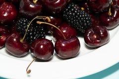 Cerejas e amoras-pretas como a sobremesa fotografia de stock