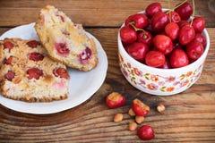 Cerejas e bolo caseiros orgânicos maduros da cereja imagem de stock