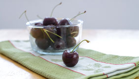 Cerejas e cerejas na bacia de vidro Imagens de Stock Royalty Free