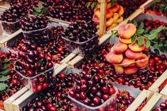 Cerejas e pêssegos Fotografia de Stock