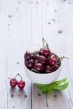 Cerejas em uma bacia branca Foto de Stock