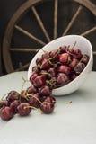 Cerejas em uma bacia branca, Imagens de Stock Royalty Free