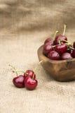Cerejas frescas do verão na bacia de madeira Foto de Stock Royalty Free