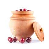Cerejas frescas em uma bacia de madeira imagens de stock royalty free