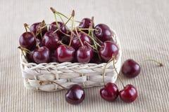 Cerejas frescas em uma cesta fotografia de stock