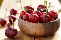 Cerejas frescas na tabela de madeira Imagens de Stock