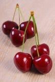 Cerejas frescas na tabela de madeira, alimento saudável Imagens de Stock