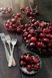 Cerejas frescas nas placas de alumínio Fotografia de Stock Royalty Free