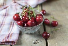 Cerejas frescas no fundo de madeira velho, rústico Fotografia de Stock