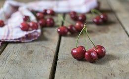 Cerejas frescas no fundo de madeira velho, rústico Imagens de Stock Royalty Free